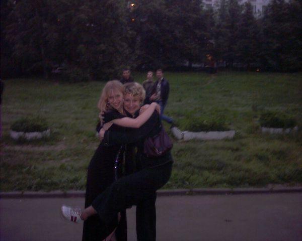я и моя сеструха на моем выпускном в том году