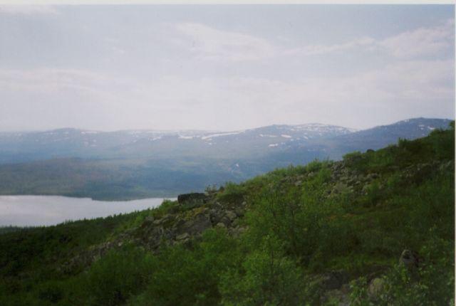 Местные красоты. Вдали виднеются Хибины, горы такие на Кольс
