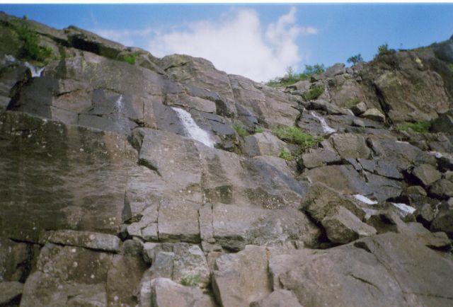 Водопад. Камни вроде кажутся небольшими...