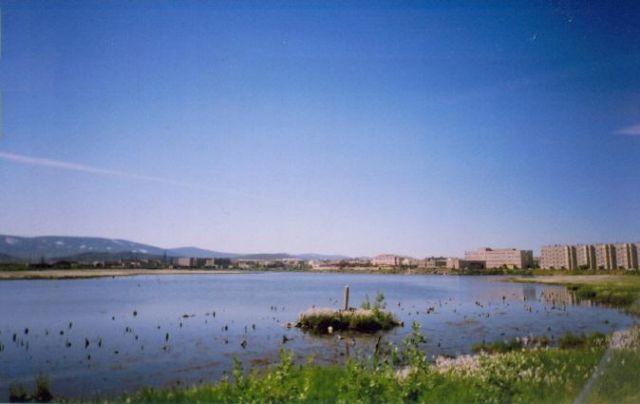 Озера рядом с жилыми домами - обычное явление. В них лучше н