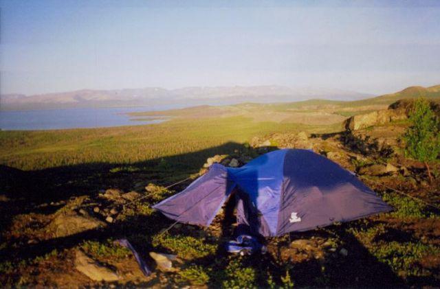 Снаружи палатка выглядит маленькой