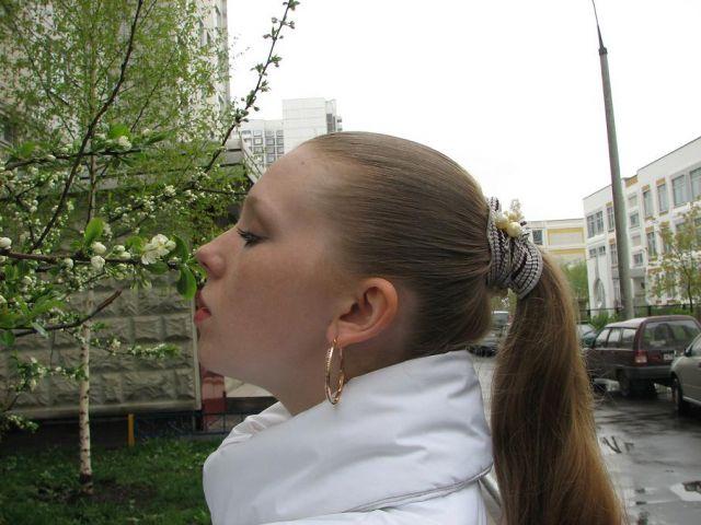 около дома нюхаю цветочек :)